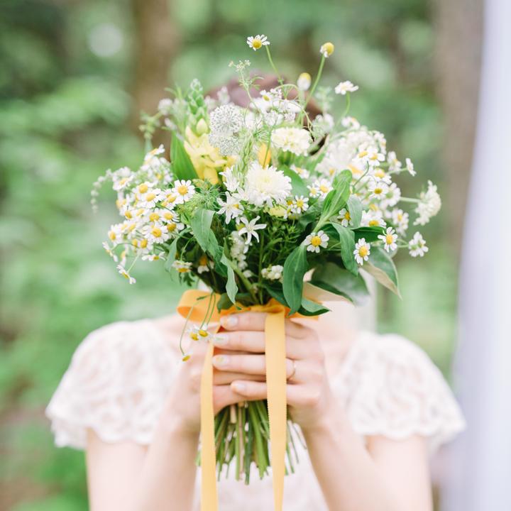 新郎からもらった花束を受け取る花嫁