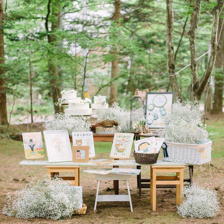 絵本とケーキが置かれたサイドテーブル