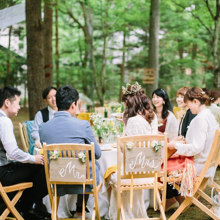 ゲストと同じテーブルで歓談を楽しむ新郎新婦