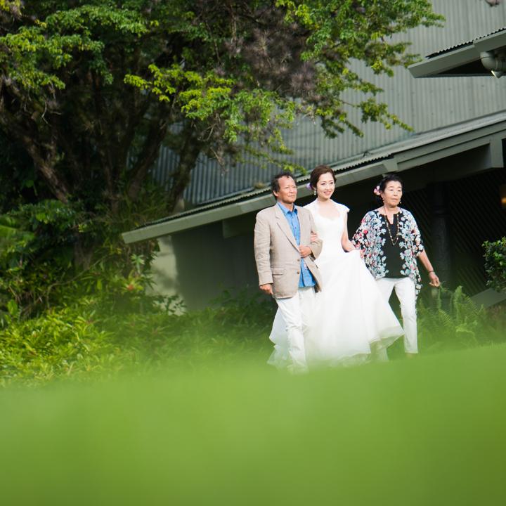 挙式入場する花嫁と父母