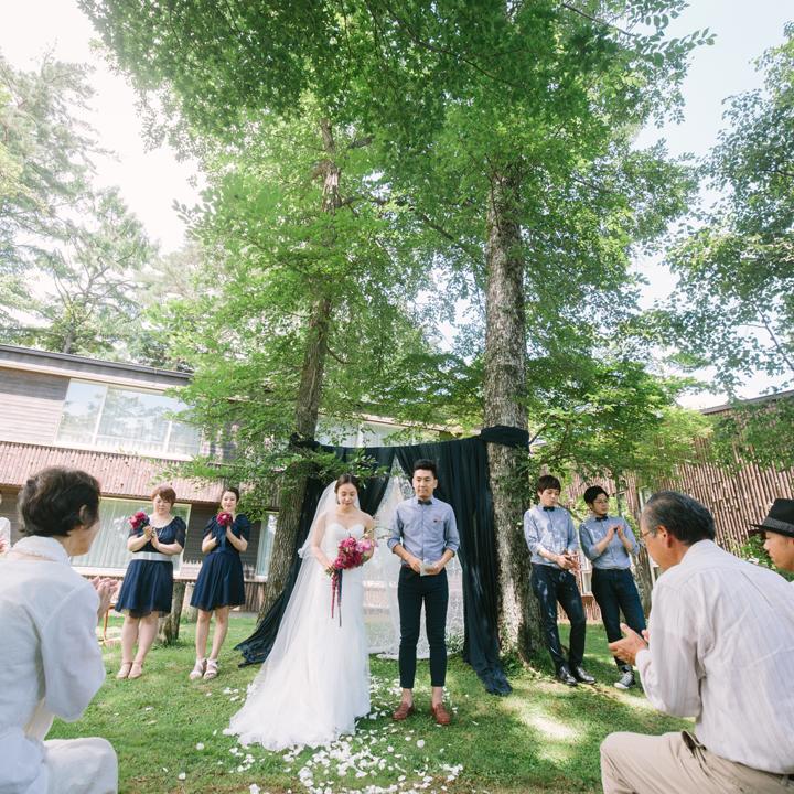 家族や友人が見守る中、結婚を誓うふたり