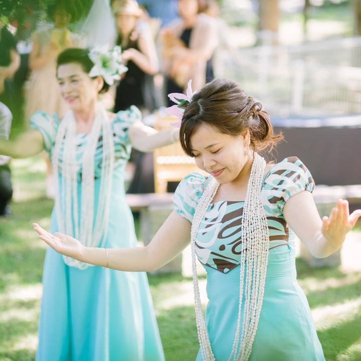 花嫁のためにフラダンスを披露する友人