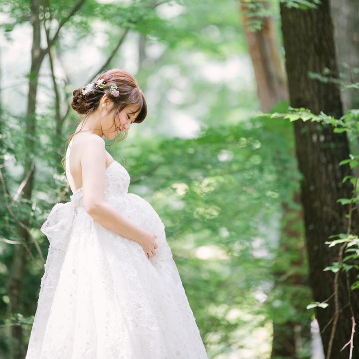 マタニティドレス姿の花嫁