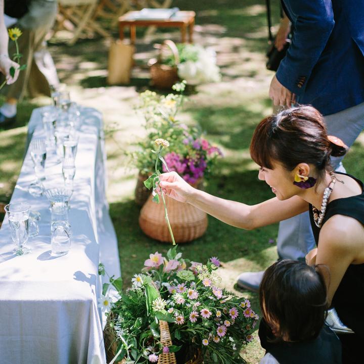 卓上に飾るお花を選ぶゲスト