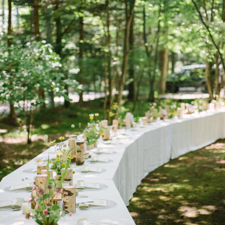 弧を描くように並べられたテーブル