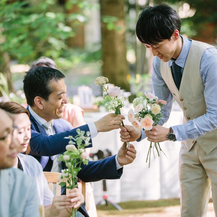 ゲストから花を集める新郎