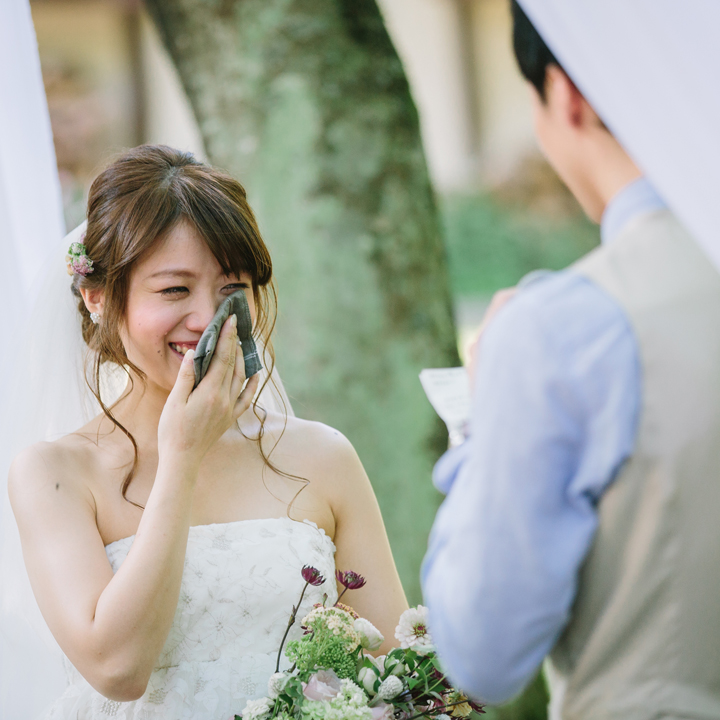 新郎の言葉に涙する花嫁