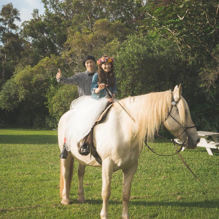 馬に乗って登場するふたり