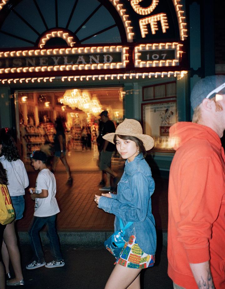 ストリートのネオンと撮るハネムーンフォト