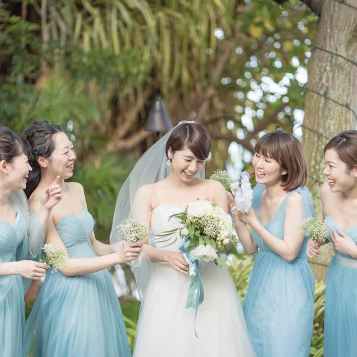 花嫁を囲むブライズメイドたち