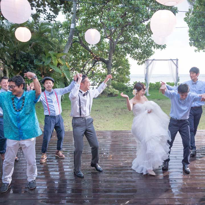 雨が降る中、ゲストと盛り上がる新郎新婦