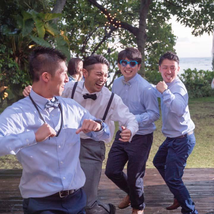 ダンスを楽しむ新郎と友人たち