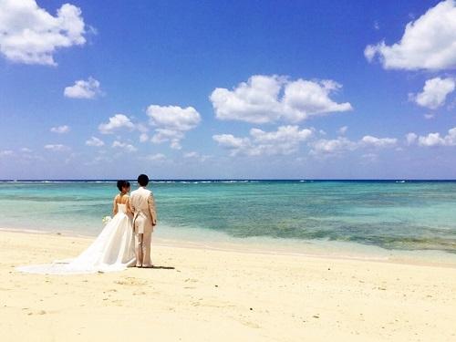 沖縄の海を見つめるふたり