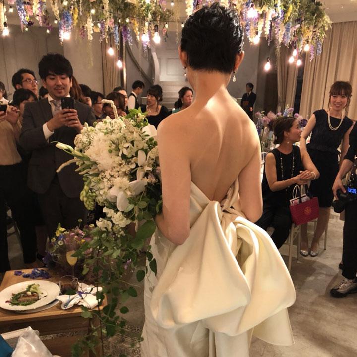 ベリーショートだから、背中がきれいに見え、ドレスの後ろ姿が映えます。
