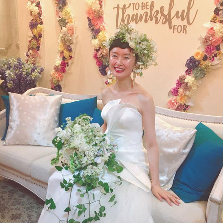 お色直しでは、生花で作ったヘッドドレスをON。お花に埋もれるようなヘアスタイルが素敵。