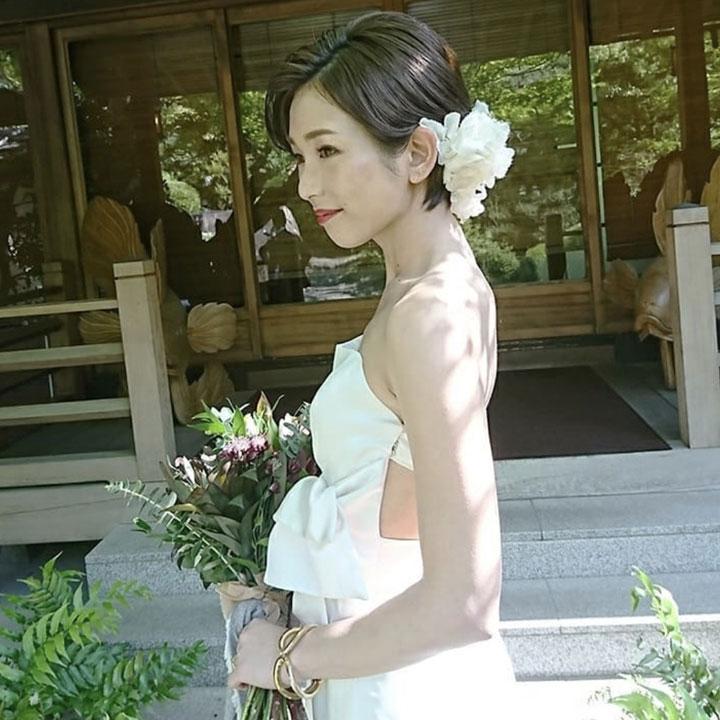 日本での披露宴の際は、ボリュームのある白いカチューシャを、後頭部にON。