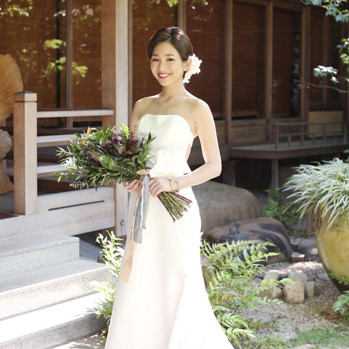 日本での披露宴の際は、前髪はサイドに流し、よりすっきりとした印象に。