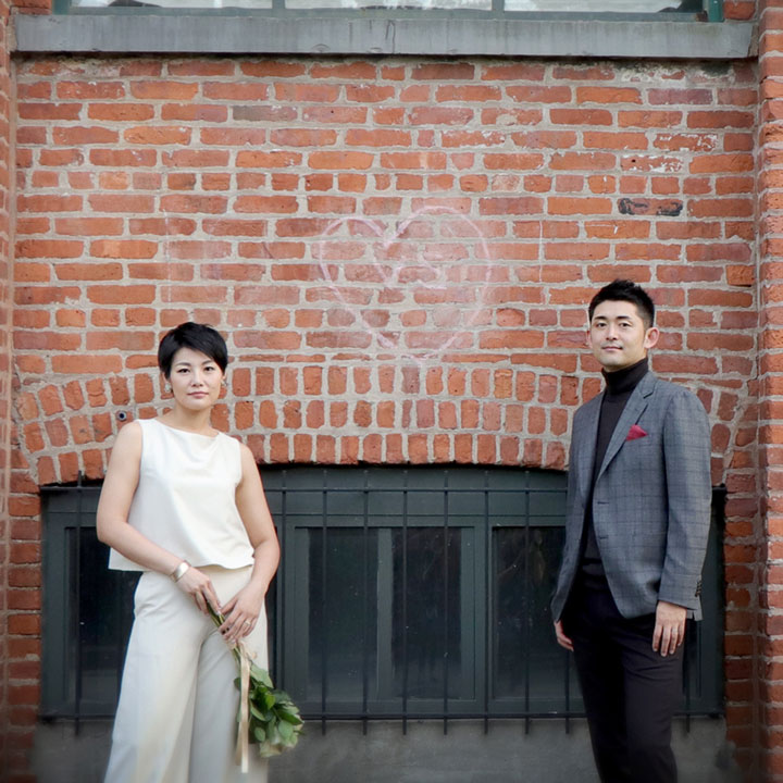 パンツタイプのウエディングドレスを着たショートカットの花嫁です