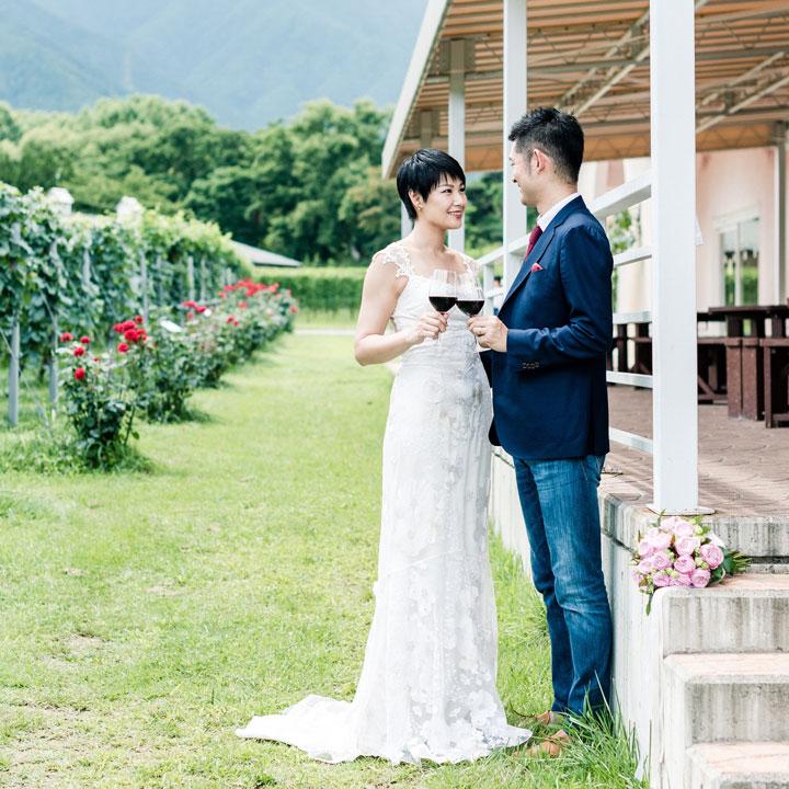 ワイナリーにショートヘア花嫁と花婿がいます