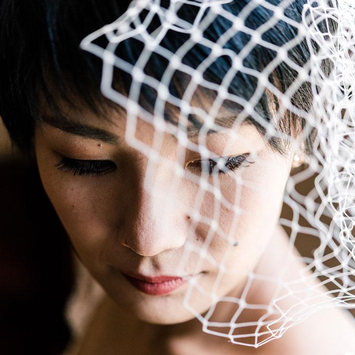 ショートヘアにバードゲージベールをつけた花嫁