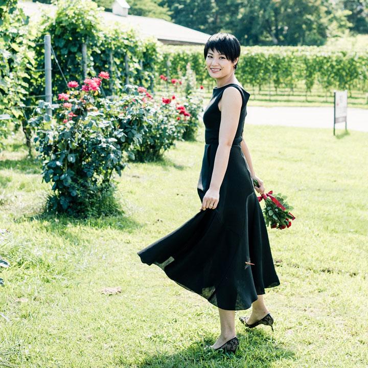 黒いドレスを着たショートヘアの花嫁です