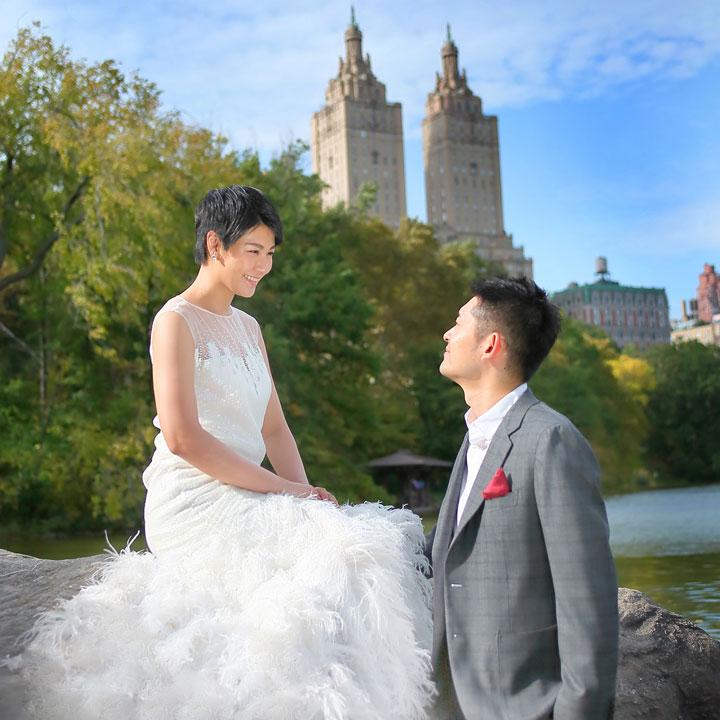 ニューヨークの公園にショートヘアの花嫁がいます