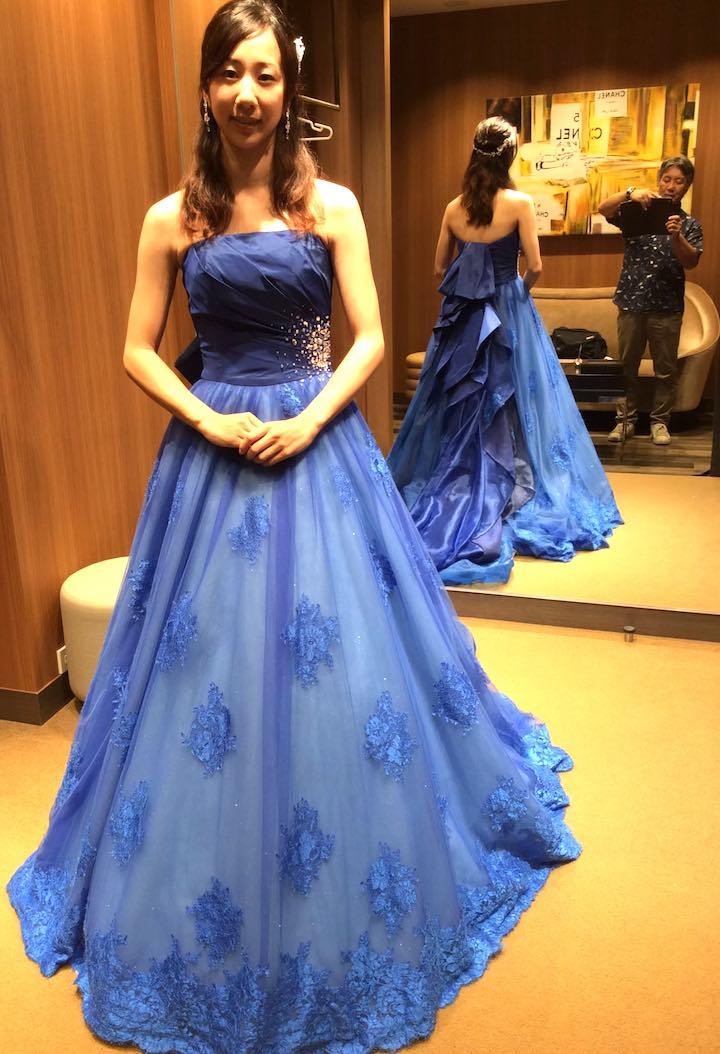 ブルーのドレスを試着中、父撮影
