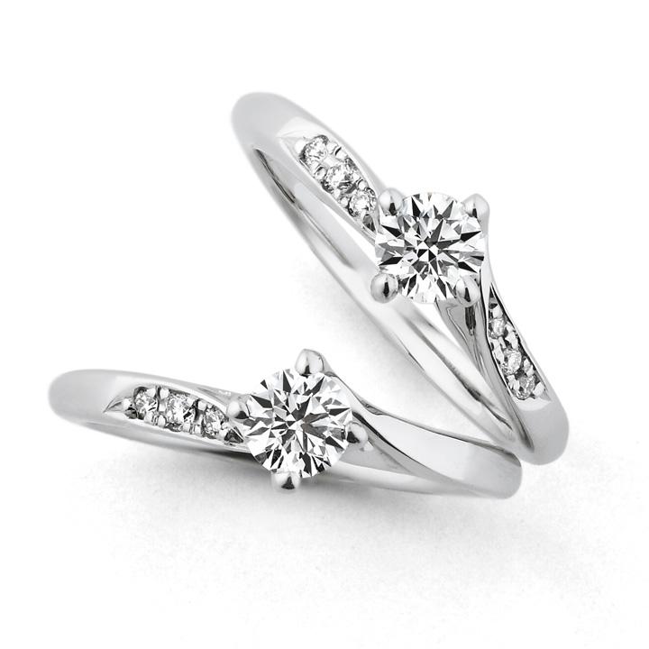 センターダイヤのサイドにメレダイヤをあしらった婚約指輪