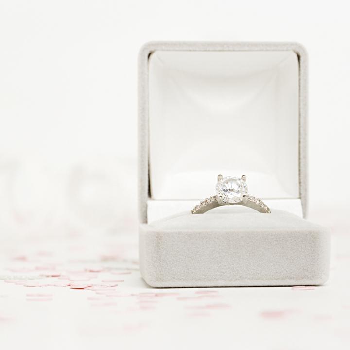 ケースに納まった婚約指輪