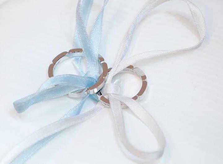リングピローにセットされた、カルティエの結婚指輪。くぼみのある個性的なデザイン