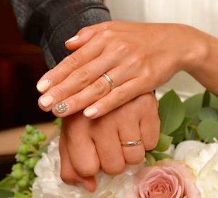 挙式時の手元写真差し替えかも⇒結婚式で撮影した、ティファニーのバンドリング。彼が仕事の際に着けても支障のないデザインを選んだ