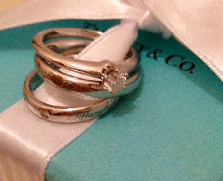ティファニーのギフトボックスのリボンに通した、婚約指輪と結婚指輪。婚約指輪は、カラーとクラリティ(透明度)が最も高いクラスのものだそう