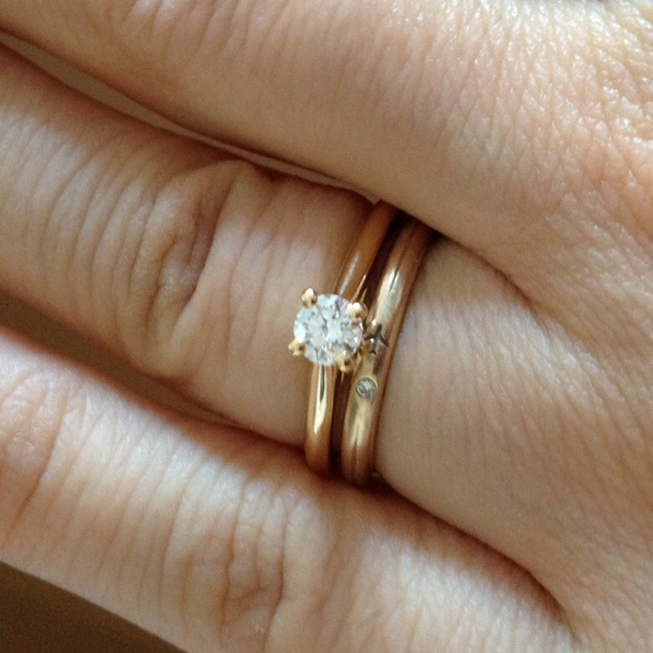 ゴールドのソリティア婚約指輪%ゴールドの結婚指輪