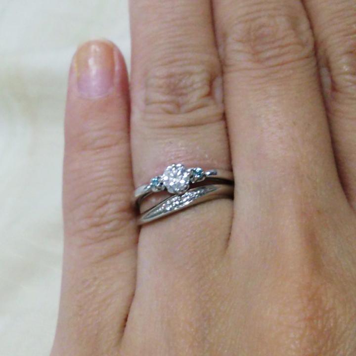 センターダイヤモンドの両サイドにブルーダイヤがあしらわれた婚約指輪&メレダイヤがあしらわれた結婚指輪