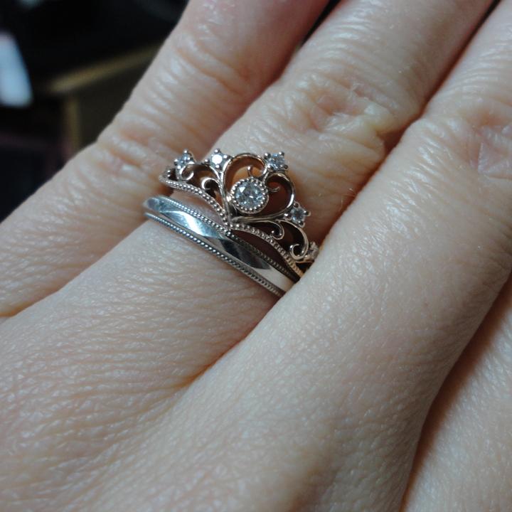 ティアラの形の婚約指輪とシンプルな結婚指輪