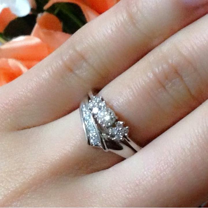 センターダイヤの両サイドにダイヤをあしらった婚約指輪&メレダイヤをあしらった結婚指輪