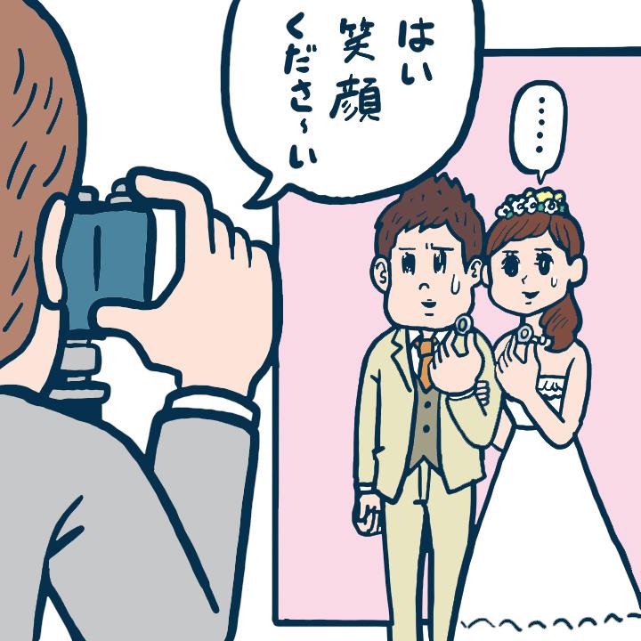 前撮りで指輪を手に持って撮影している花嫁