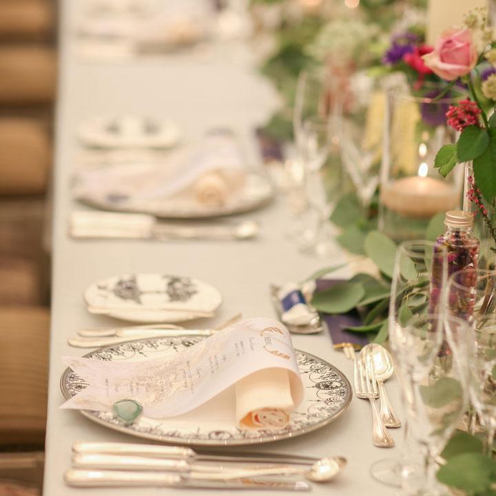ナチュラルな花とグリーンを飾ったベージュトーンのテーブルコーディネートです。