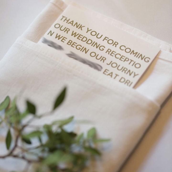 ナプキンには英字で書かれたカードが飾られています。