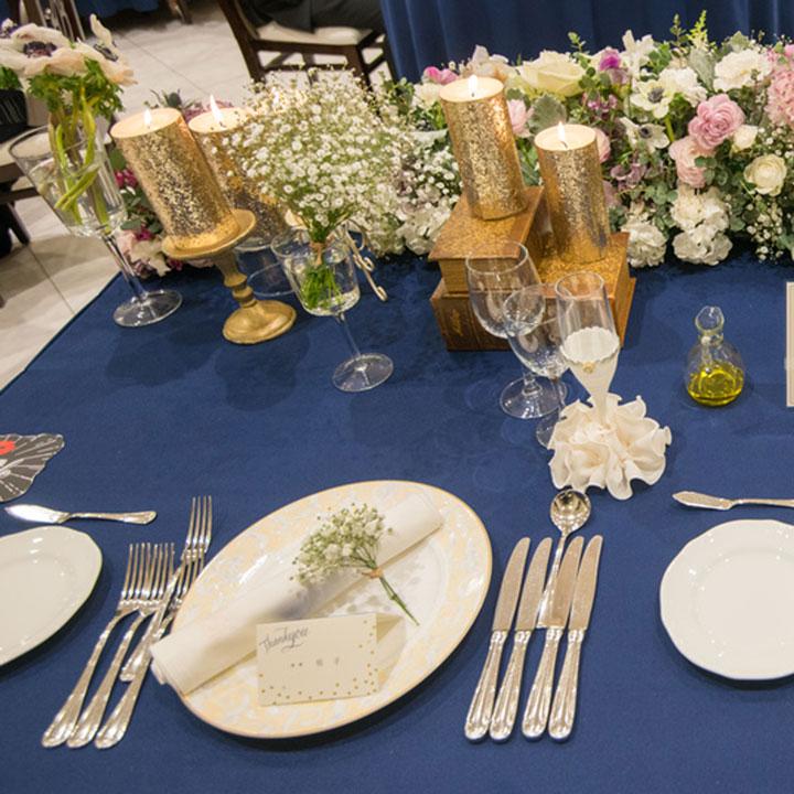 メインテーブルにはゴールドのキャンドルが置かれています。