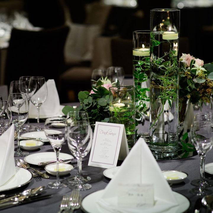 ダークグレーのテーブルクロスと白いナプキンで飾られたテーブルコーディネートです。