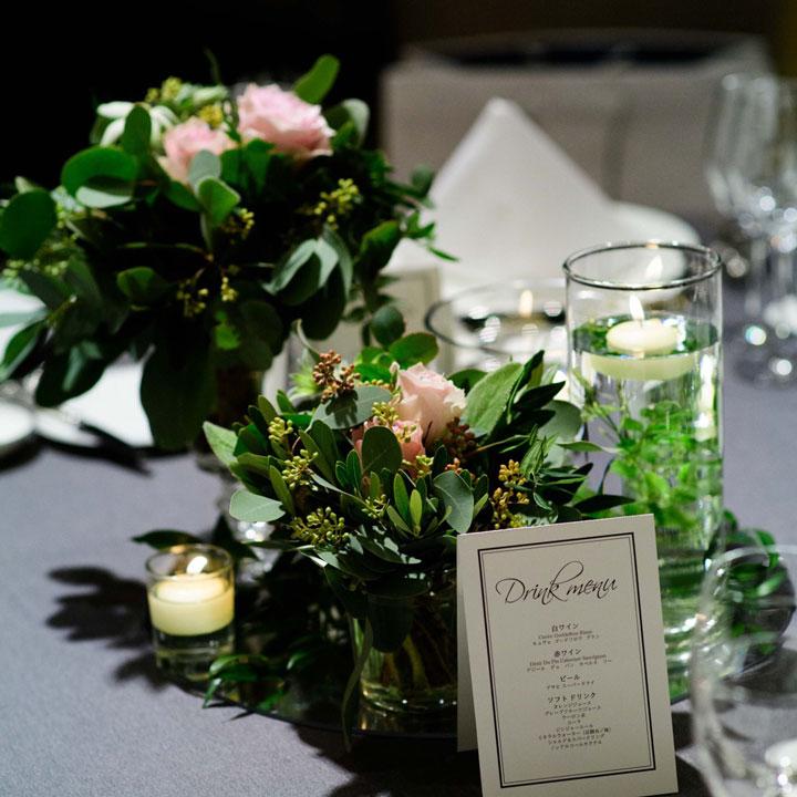 テーブルの中央には水中花が飾られています。