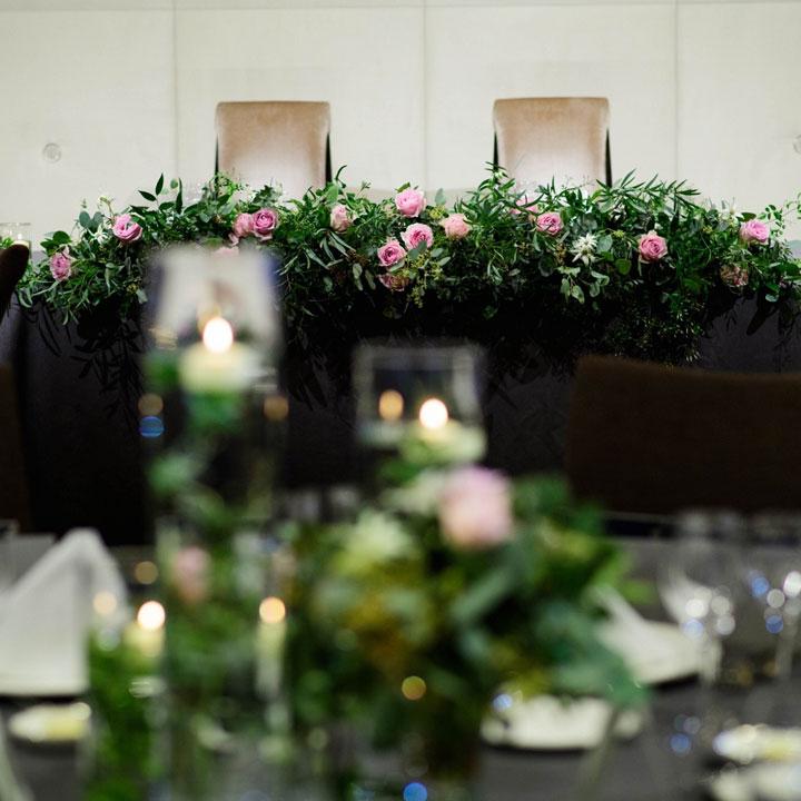 メインテーブルも同様のダークグレーのテーブルクロスとピンクのバラの組み合わせになっています。