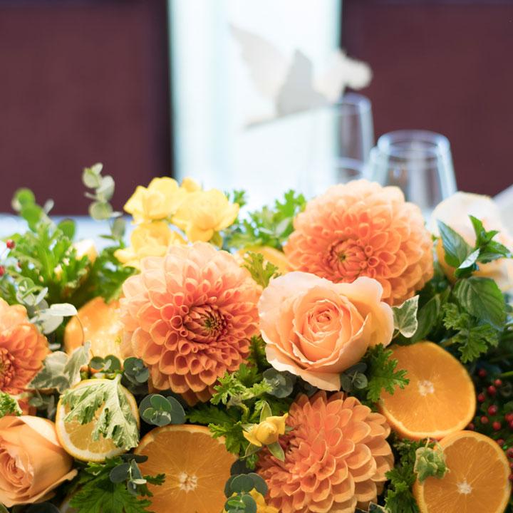 メインテーブルのお花のアップです。