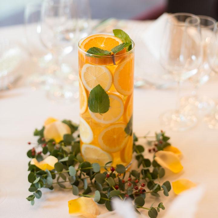 円筒形のグラスにレモンなどの輪切りを入れて飾っています。