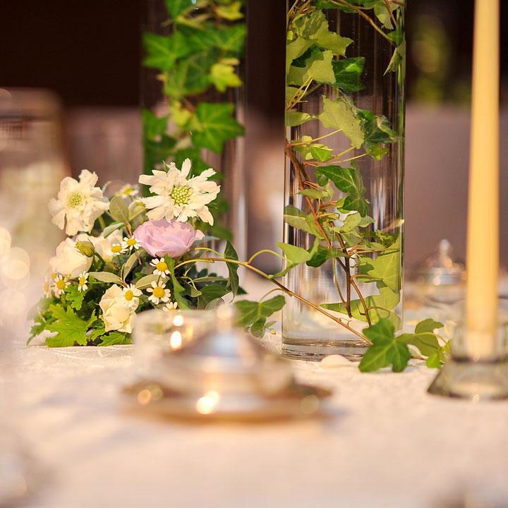 円筒型のガラスの花瓶にアイビーの葉を入れて飾っています。