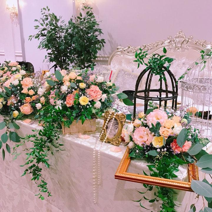 ピンクとイエローのバラを中心にした、ナチュラルで華やかなアレンジです。