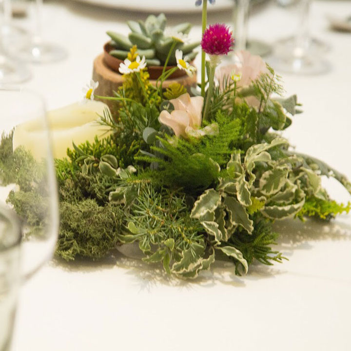 ゲストテーブルに、ナチュラルなグリーンを中心にしたミニアレンジを飾っています。