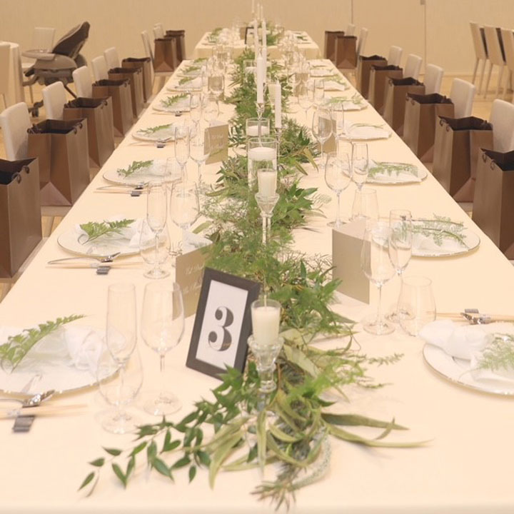 ゲストテーブルには無造作にグリーンが置かれています。