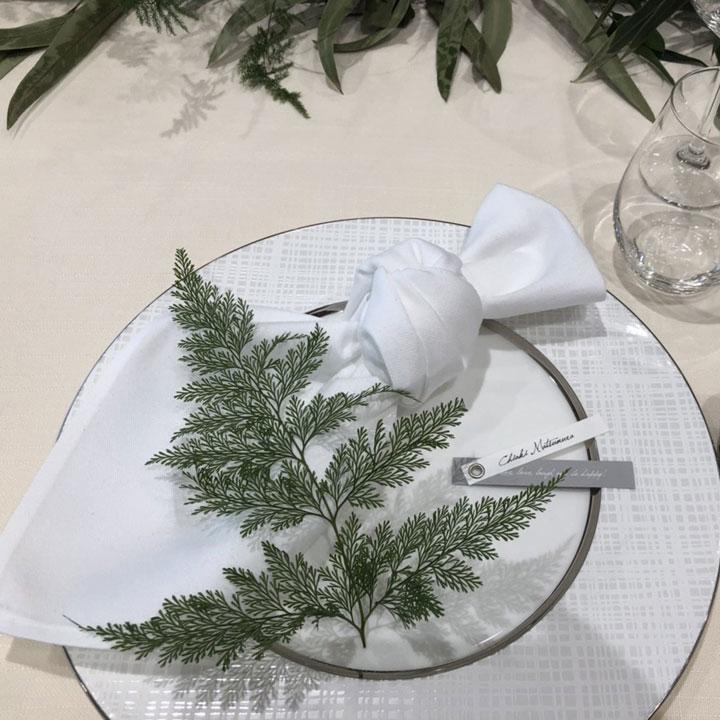 お皿にはトーションフラワーとして、グリーンの葉が飾られています。